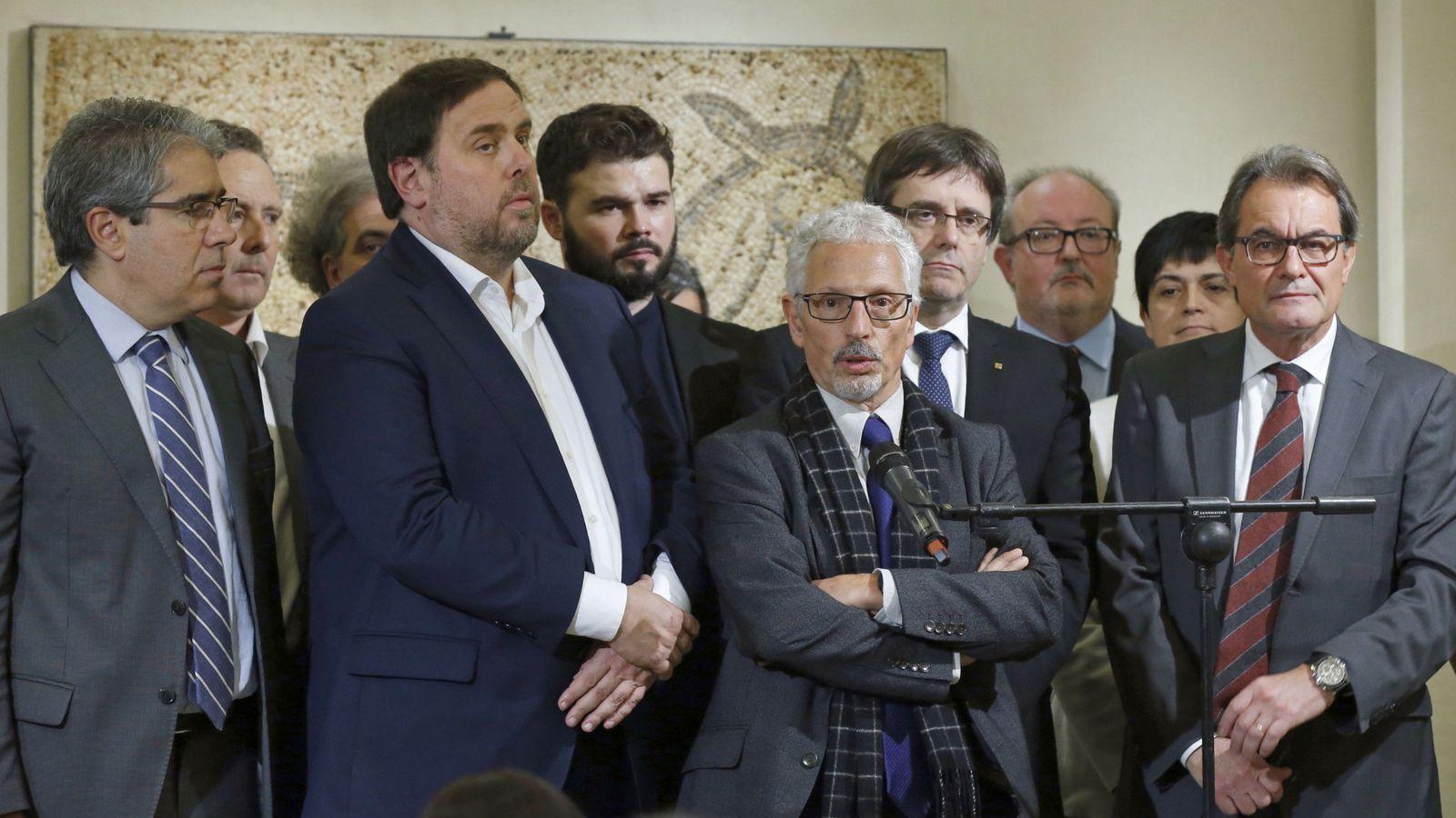 Foto: El exsenador Santiago Vidal, junto a Francesc Homs, Oriol Junqueras, Carles Puigdemont y Artur Mas, entre otros. (EFE)