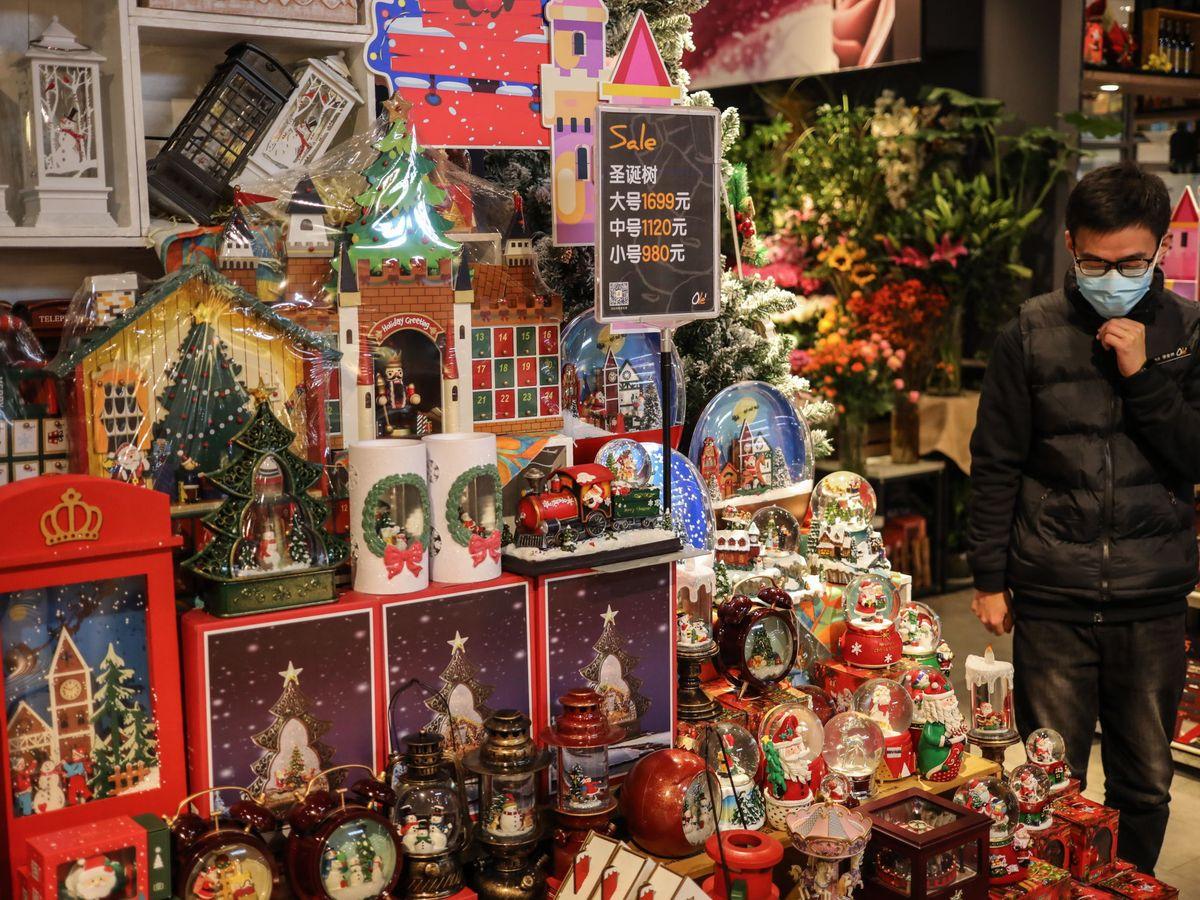 Foto: Una tienda de decoración navideña en Pekín. (EFE)