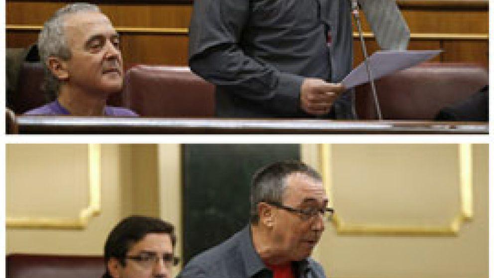 Joan Baldoví se 'desnuda' en el Congreso en apoyo a los desahuciados