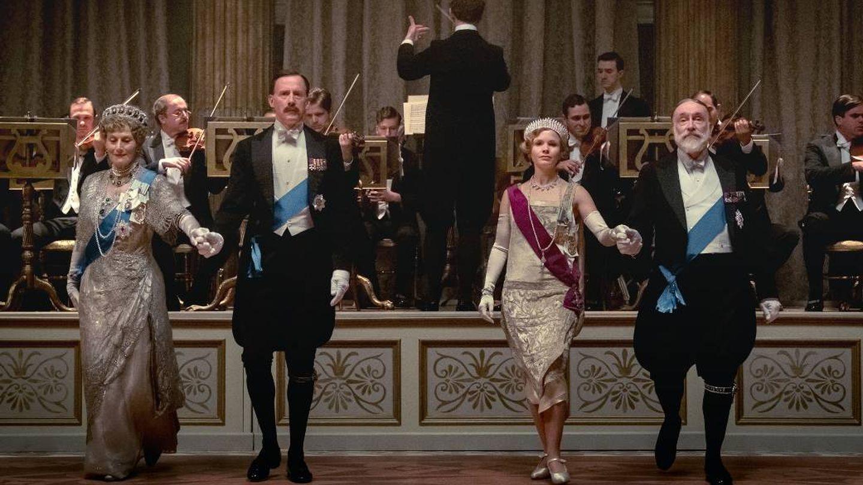 Los reyes de Inglaterra, fielmente representados en la película 'Downton Abbey'. (Cortesía)