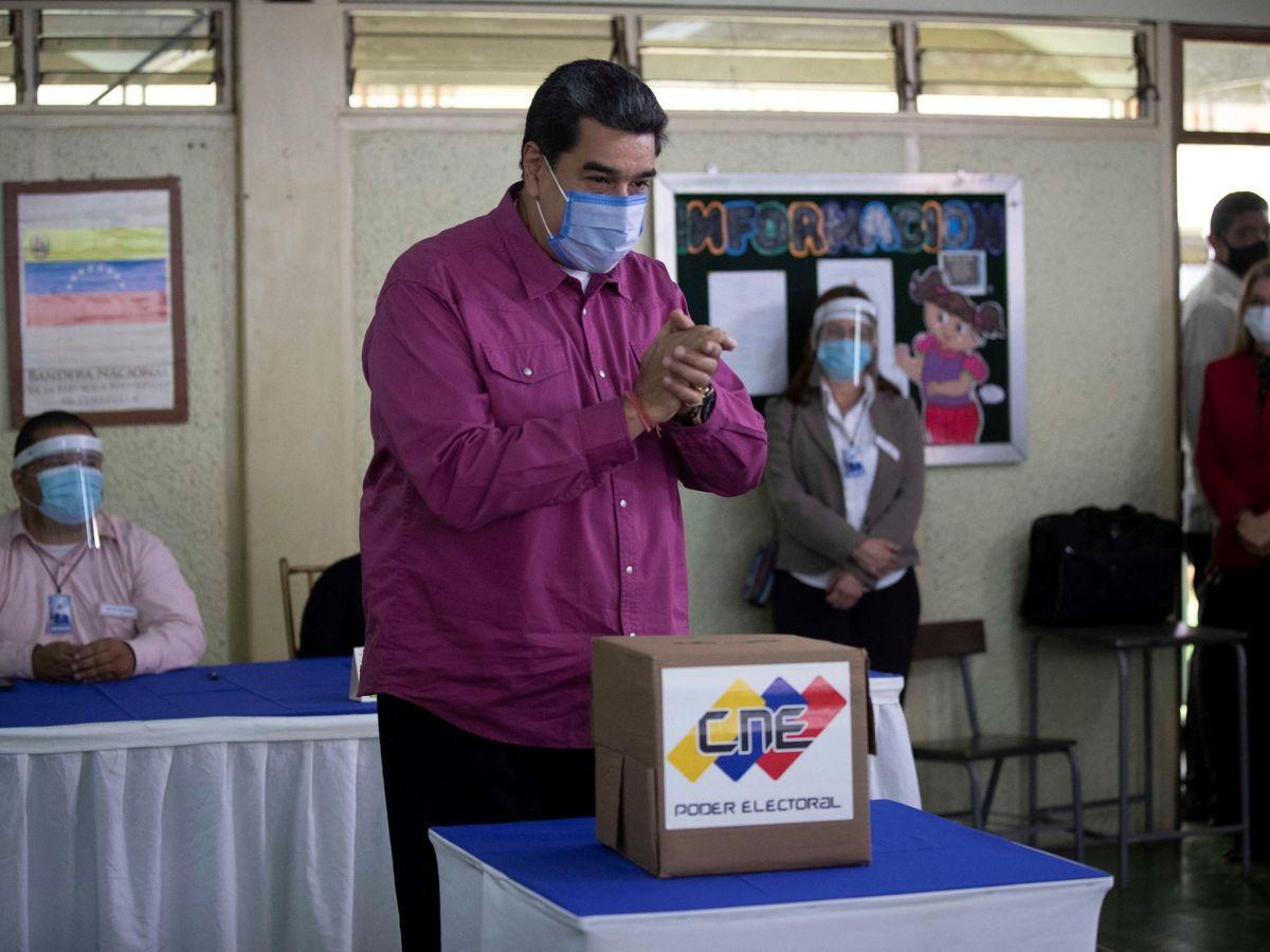 Foto: El presidente venezolano, Nicolás Maduro, vota hoy en un centro electoral de Caracas (Venezuela). (EFE)