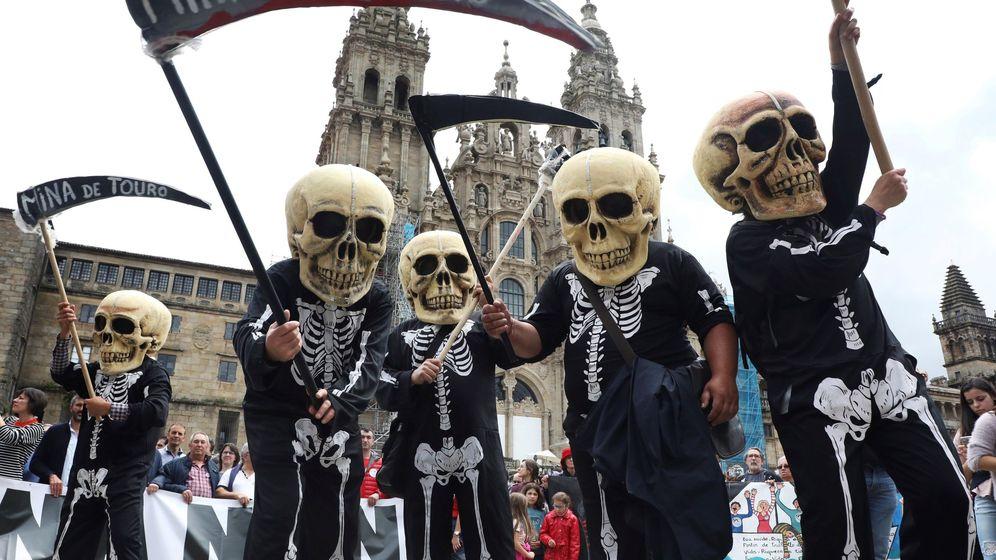 Foto: Miles de personas claman en Santiago contra la mina de Touro-O Pino. (EFE)