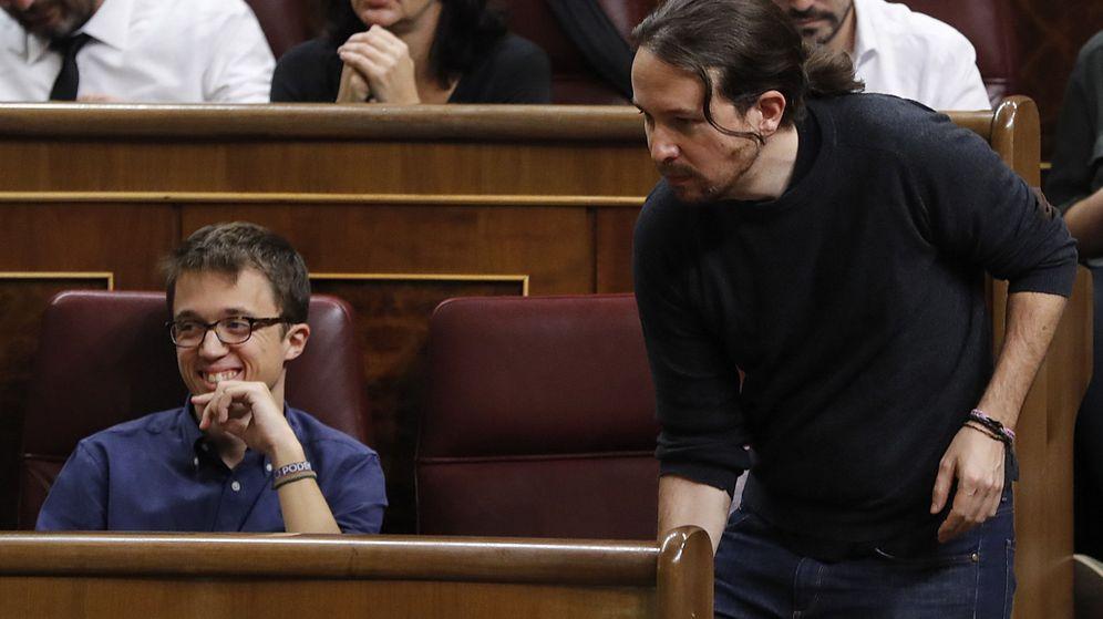 Foto: El líder de Podemos, Pablo Iglesias (d), y el portavoz parlamentario de Unidos Podemos, Íñigo Errejón (i), durante el debate de investidura del candidato del PP, Mariano Rajoy. (EFE)