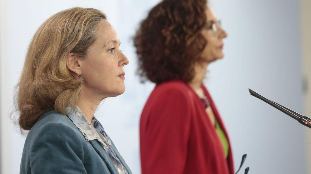 Foto: Las ministras de Economía y Hacienda, Nadia Calviño (i) y María Jesús Montero. (EFE)