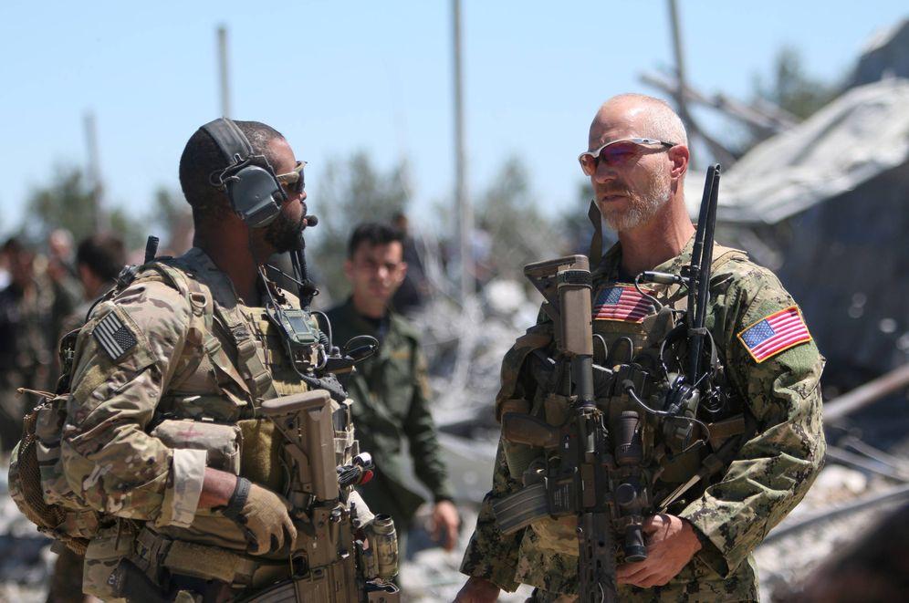 Foto: Fuerzas estadounidenses en los cuarteles de las milicias kurdas YPG tras un ataque aéreo turco, en Malikiya, Siria. (Reuters)