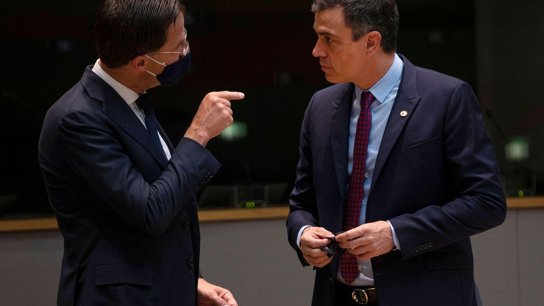 Rutte habla con el presidente del Gobierno español durante un Consejo Europeo. (Reuters)