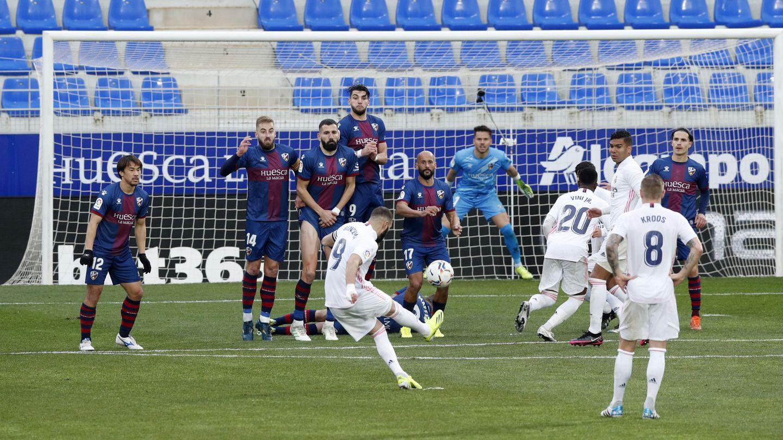 Karim Benzema ejecuta la falta previa al gol de Varane. (Reuters)