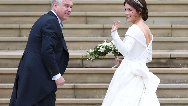 La princesa Eugenia, el día de su boda junto a su padre, el príncipe Andrés. (EFE)