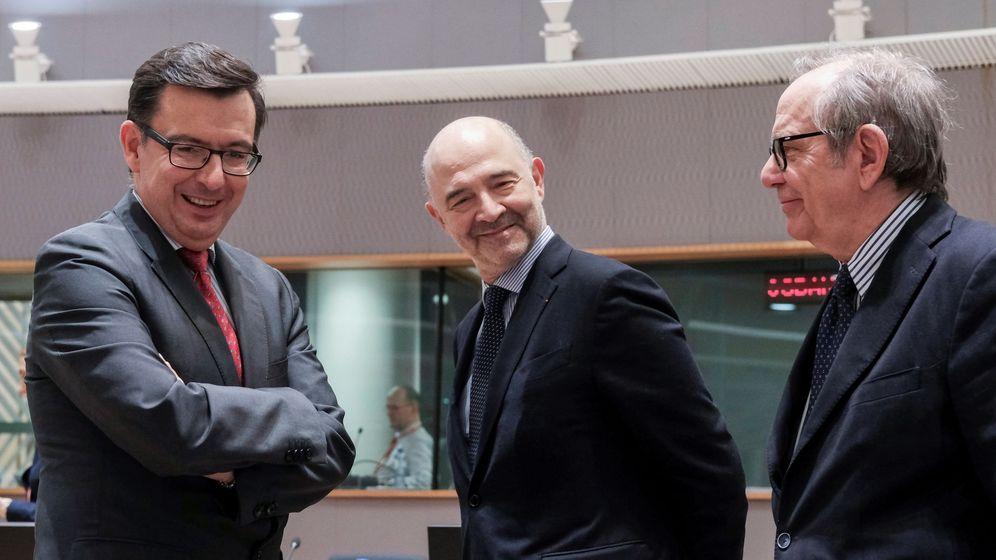 Foto: El ministro de Economía, Industria y Competitividad, Román Escolano (izda.), conversa con el comisario de Asuntos Económicos, Pierre Moscovici (c), y con su homólogo italiano, Pier Carlo Padoan. (EFE)