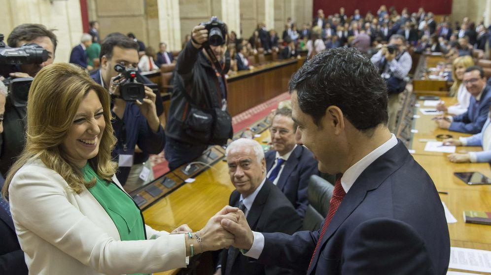 Foto: La presidenta de la Junta de Andalucía en funciones, Susana Díaz, y el líder del PP-A, Juanma Moreno, se saludan en el Parlamento andaluz en Sevilla (EFE)