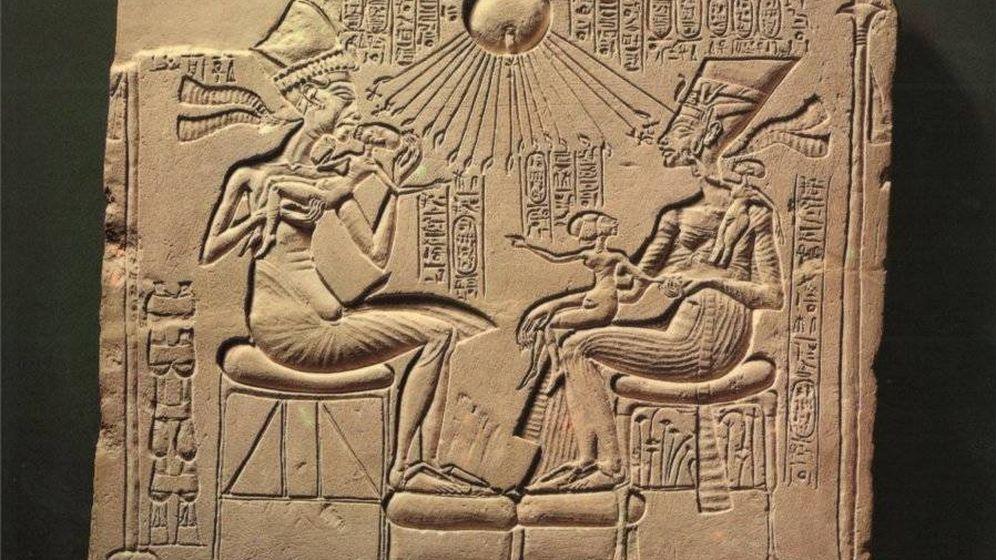 Foto: Akhenatón, Nefertiti y sus hijas.