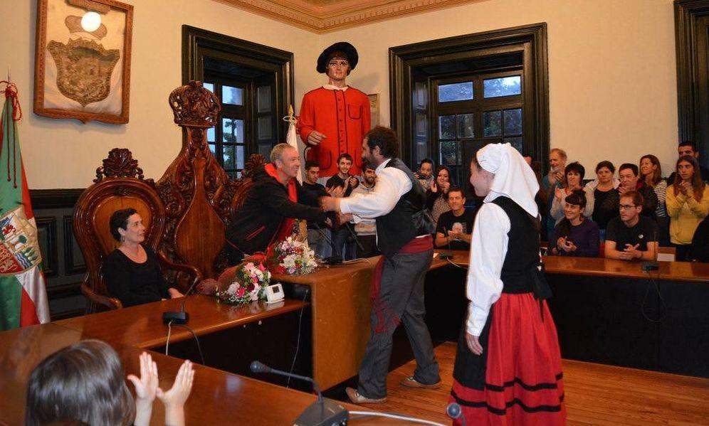 Foto: Homenaje en el Salón de Plenos de Lekeitio al etarra Andoni Gabiola Goyonaga, que ocupó la silla del alcalde. (EC)