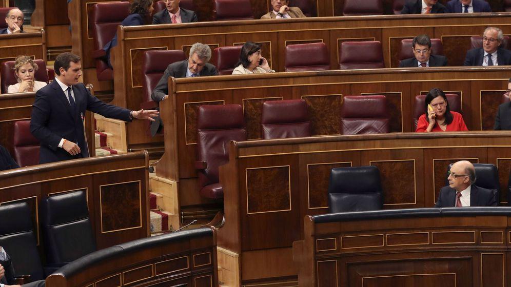 Foto: Enfrentamiento de Albert Rivera y Cristóbal Montoro en el Congreso (Efe)