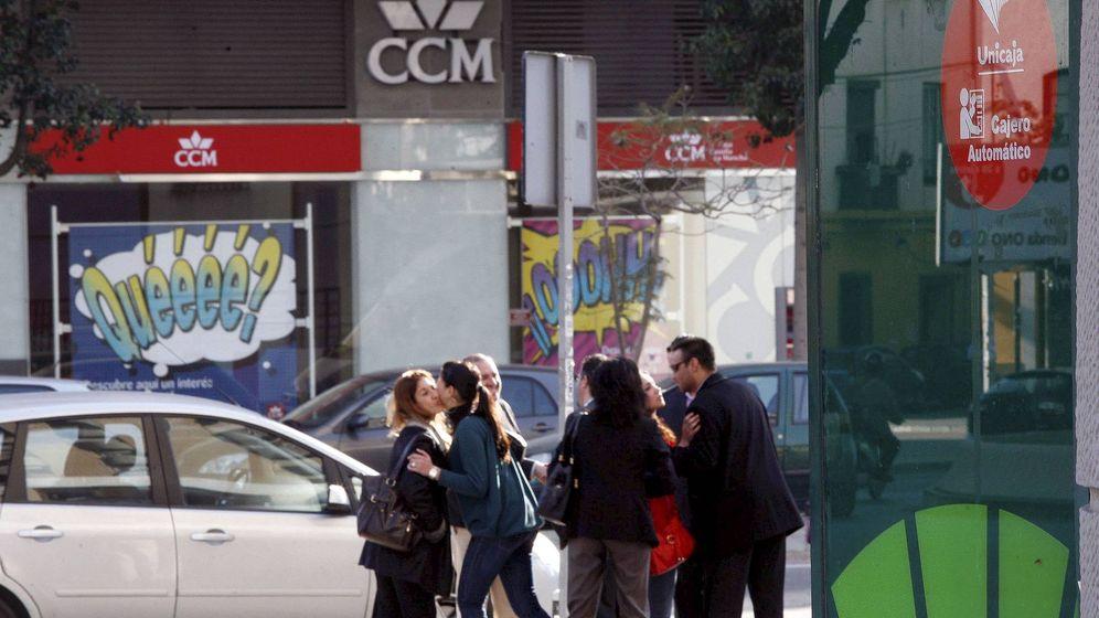 Foto: Sucursales de Caja Castilla-La Mancha y de Unicaja en Málaga. (EFE)