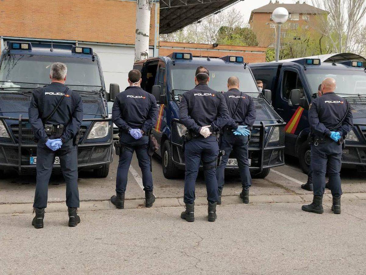 Foto: Los compañeros del policía le respaldan con guantes traídos de casa. (EC)