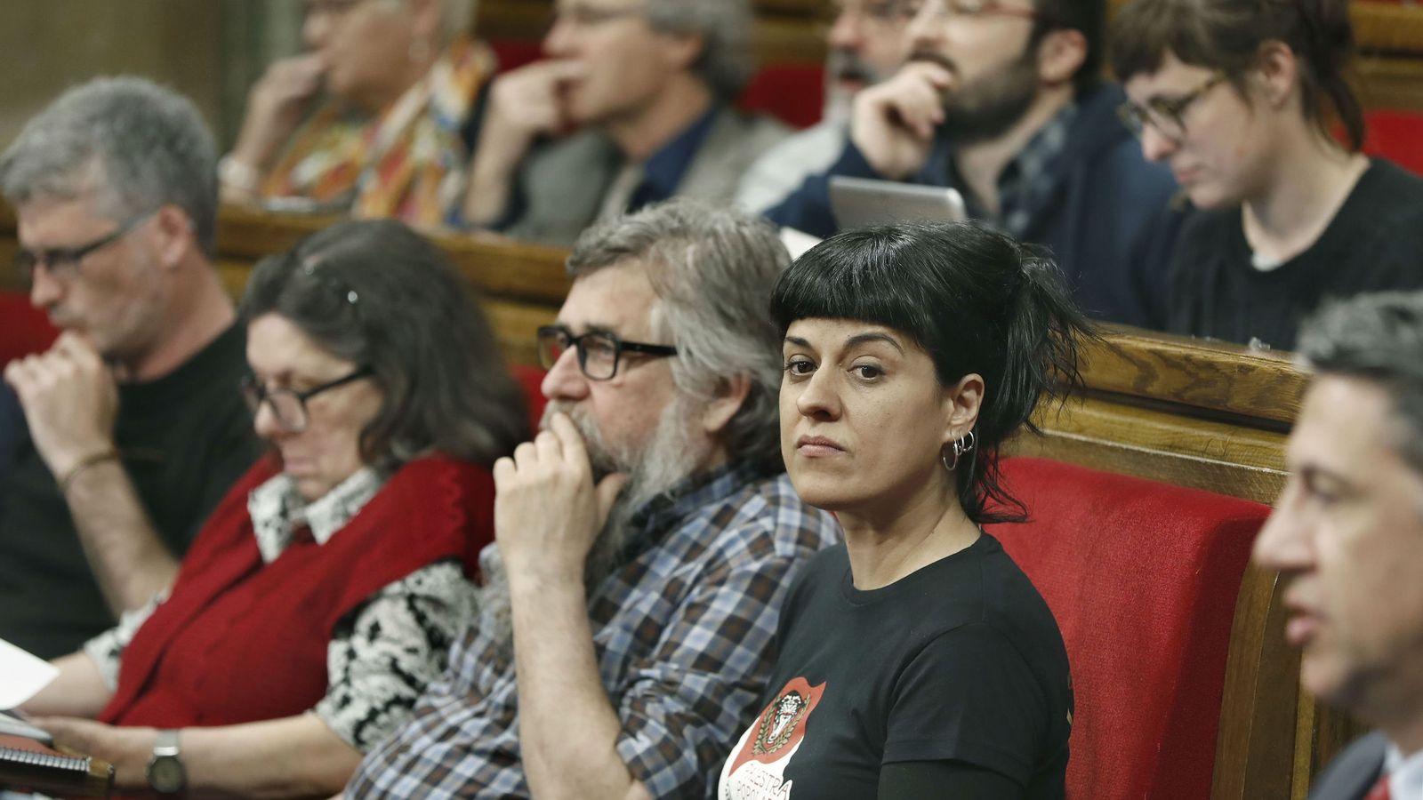 Foto: La diputada de la CUP Anna Gabriel (d), durante un pleno del Parlament. (EFE)