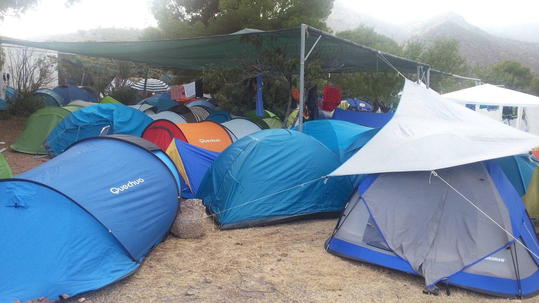 Zona de acampada de los trabajadores del FIB donde se aprecia el toldo insuficiente.