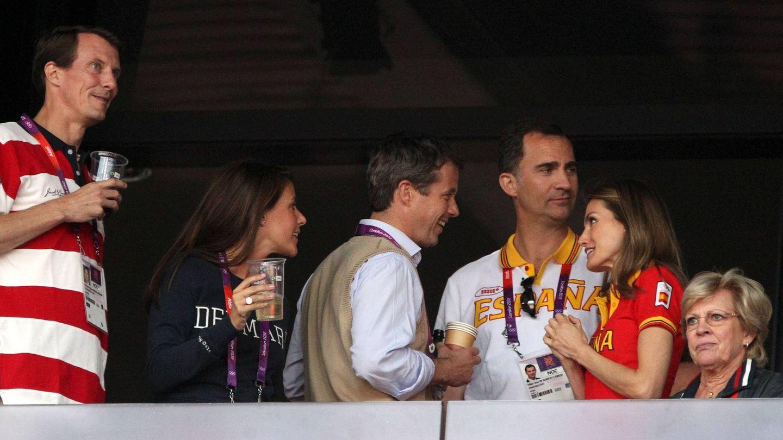 Los Reyes, con la familia real danesa en Londres 2012. (CP)