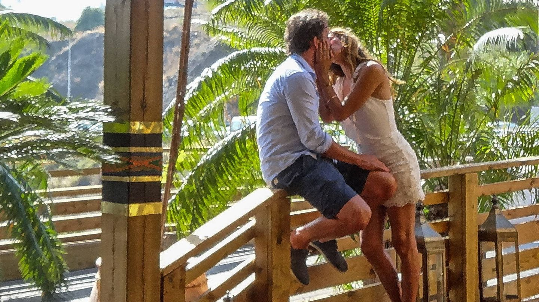 La nueva pareja, besándose. (Pressing Press)
