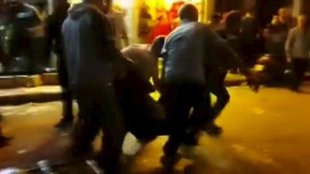 Foto: Un grupo de personas cargan con un herido en Beirut. (Reuters)