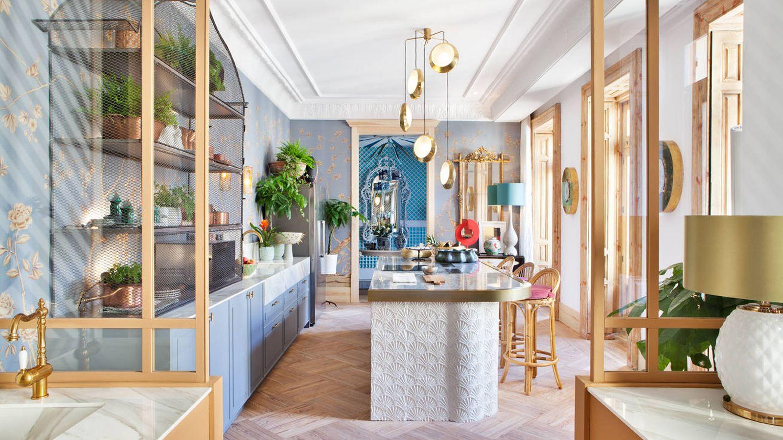 Foto: Colores vibrantes, accesorios en dorado y mucho azul. Así son las cocinas del futuro, como la propuesta de Beatriz Silveira. (Foto: Casa Decor)