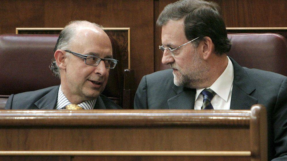Foto: El presidente del Gobierno, Mariano Rajoy, conversa con el ministro de Hacienda, Cristóbal Montoro. (EFE)