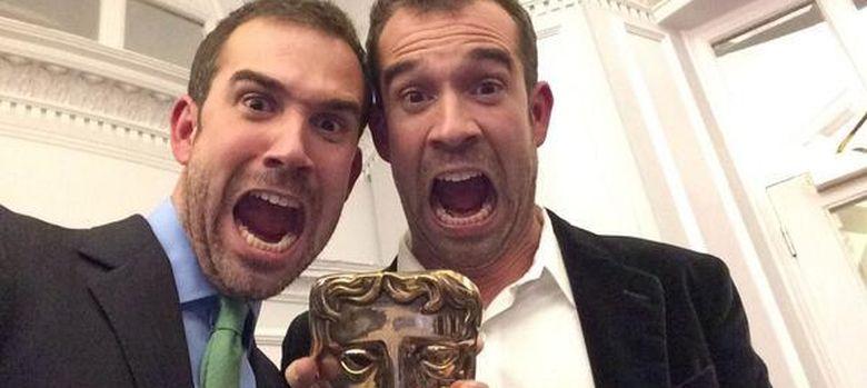 Foto: Los hermanos Tulleken, con el premio BAFTA que obtuvieron por su serie de televisión 'Operation Ouch'.