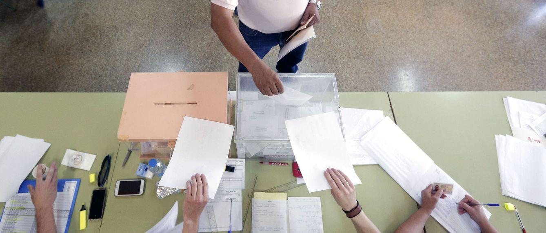 Foto: Un hombre deposita su voto en la urna (Efe)