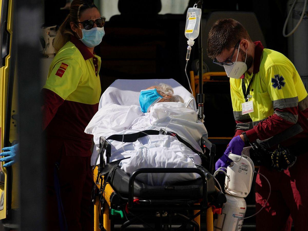 Foto: Sanitarios trasladan a una paciente a un hospital madrileño. (EFE)