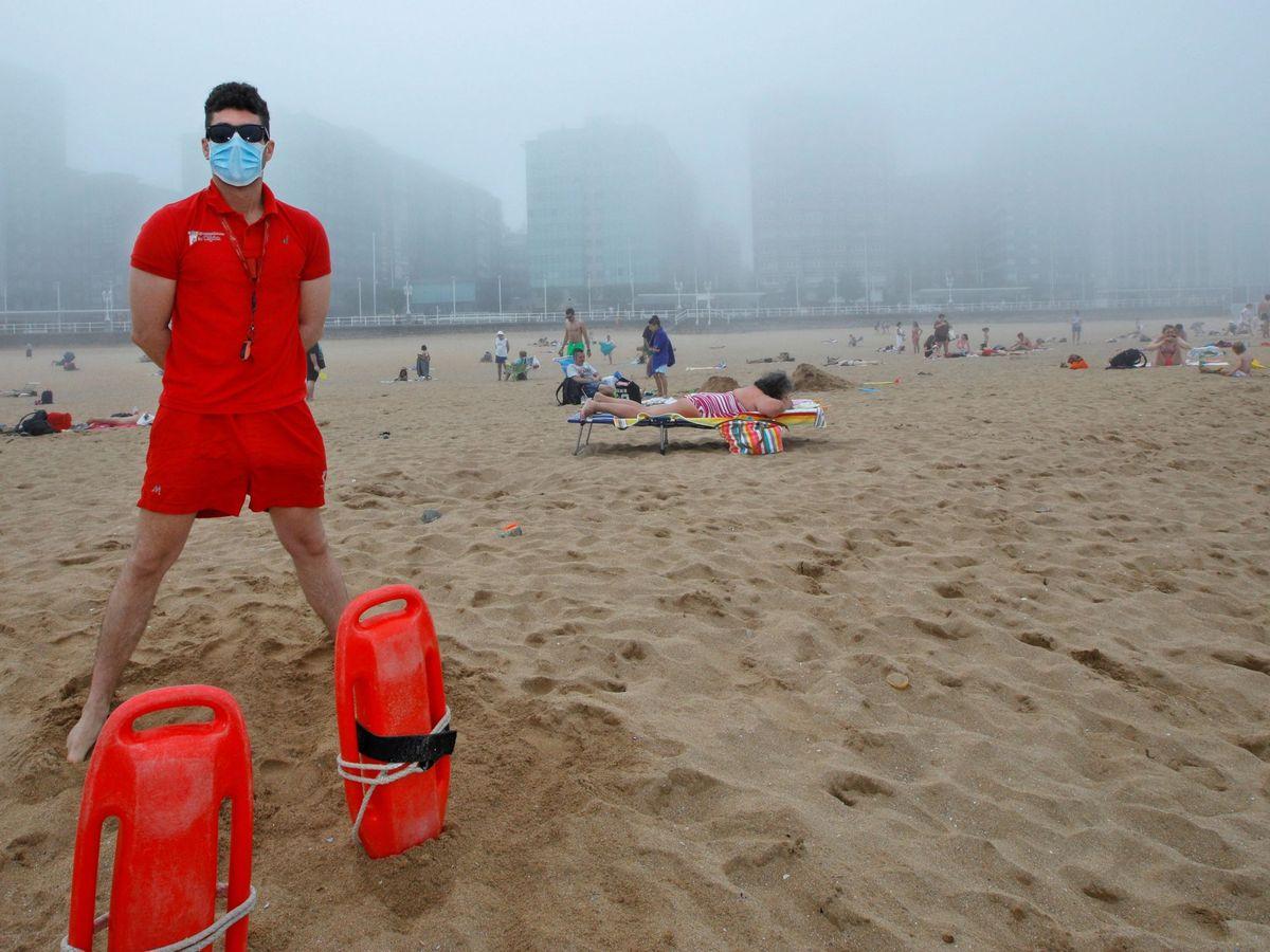 Foto: Socorrista en la playa. (EFE)