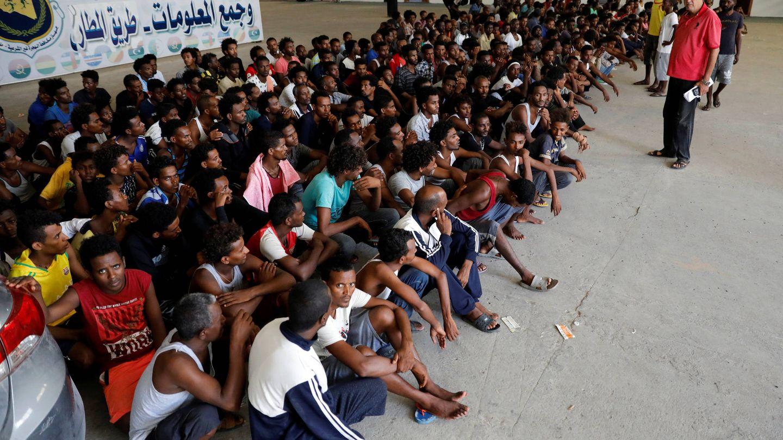 Inmigrantes en un refugio tras ser trasladados de centros de detención en Trípoli por los combates. (Reuters)
