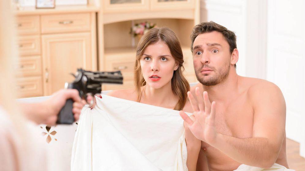 Foto: Debe de ser algo muy habitual, porque hay un montón de fotografías con parejas sorprendidas y apuntadas con armas de fuego. (iStock)