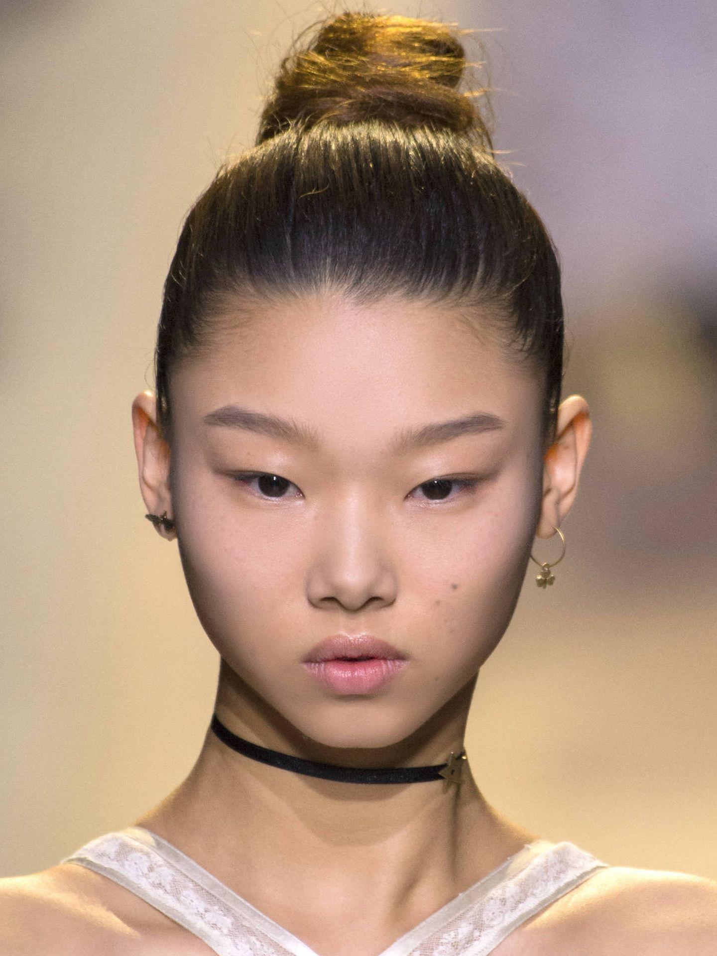 Para realizar moños altos siempre se ha utilizado el efecto para lograr un look más pulido. (Imaxtree)
