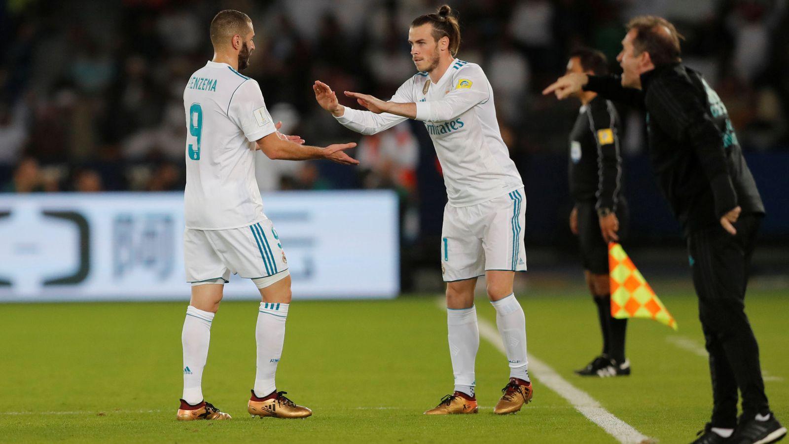 Foto: Benzema y Bale se dan ánimos en un cambio. (Reuters)