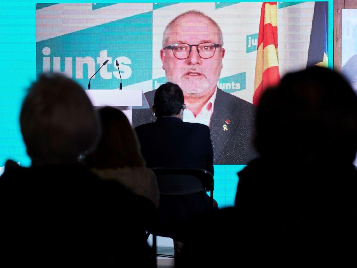 Foto: El 'exconseller' Lluís Puig interviene por videoconferencia en un acto electoral. (EFE)