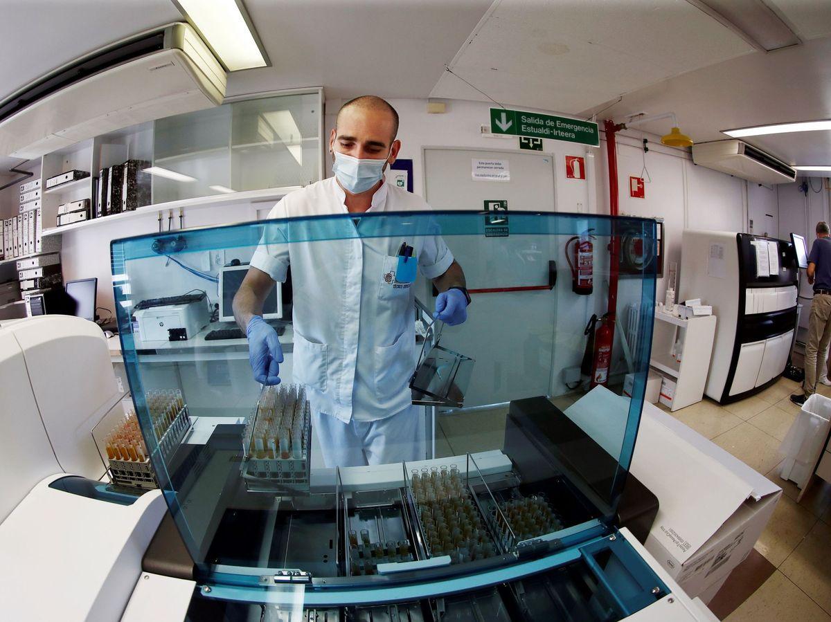 Foto: Técnicos de laboratorio del Complejo Hospitalario de Navarra procesan muestras serológicas para su posterior análisis. (EFE)