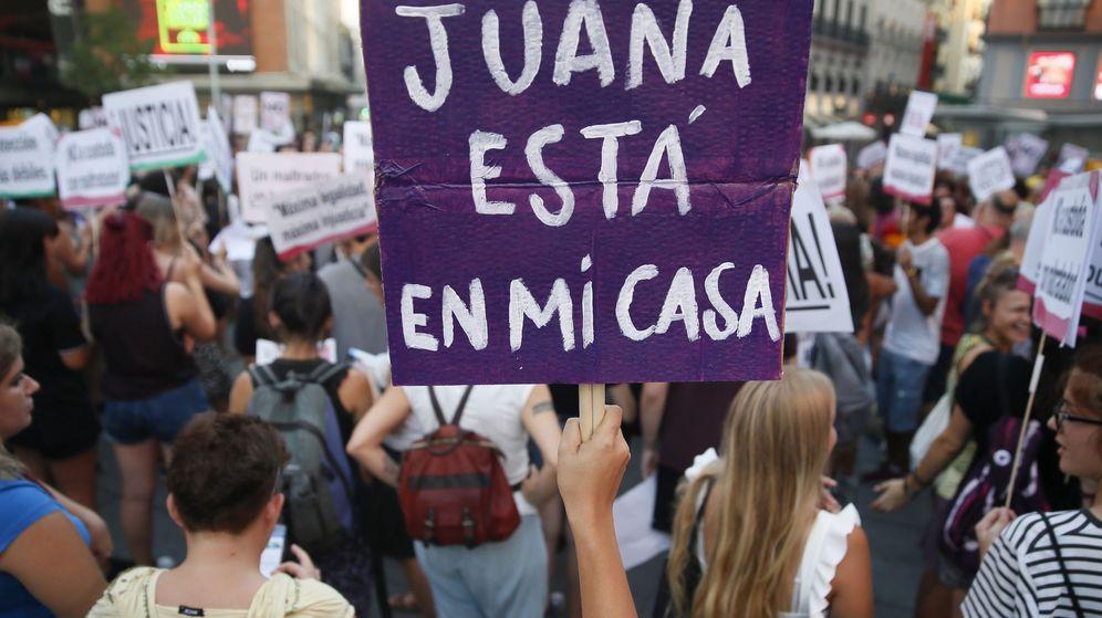 Foto: Concentración en la Plaza del Callao de Madrid bajo el lema 'Todas somos Juana' en apoyo a Juana Rivas. (Efe)