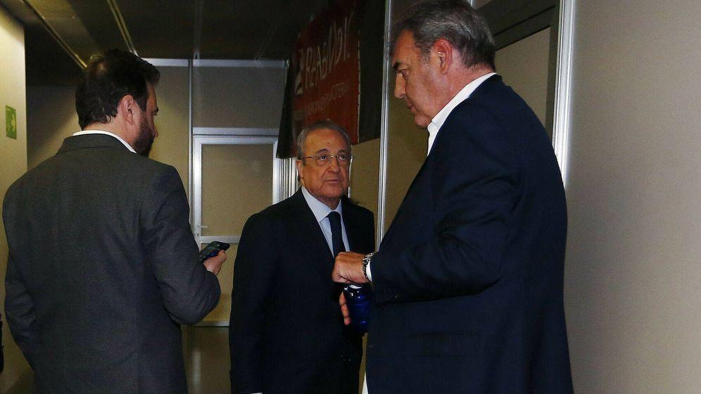 Foto: Florentino Pérez, entre José Ángel Sánchez y Juan Carlos Sánchez. (ACB Photo)