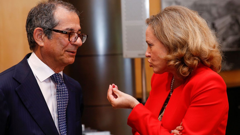 Foto: La ministra española de Economía habla con su homólogo italiano en un Eurogrupo en junio. (EFE)