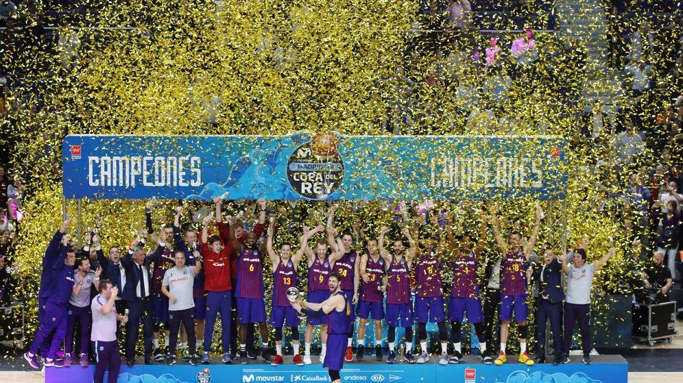 Foto: El Barcelona con su trofeo como campeón de Copa del Rey. (EFE)