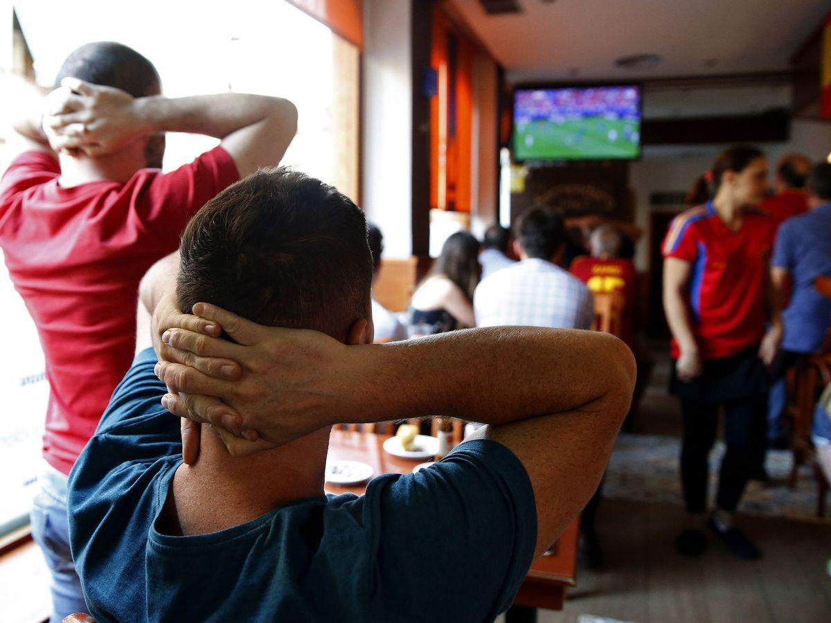 Foto: Bares y peñas de Sevilla ya se preparan para el derbi, que no se podrá ver en abierto. (EFE)