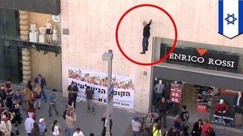 El ilusionista Hezi Dean sorprende a Israel levitando sobre el suelo sujeto a una pared con una mano