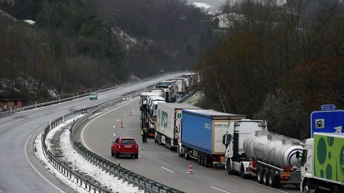 La nieve bloquea a 50 camiones en la AP-66 y les multan por aparcar en el arcén