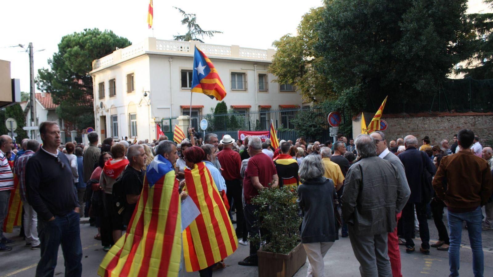 Foto: Concentración ante el consulado español en Perpiñán. (R. M.)