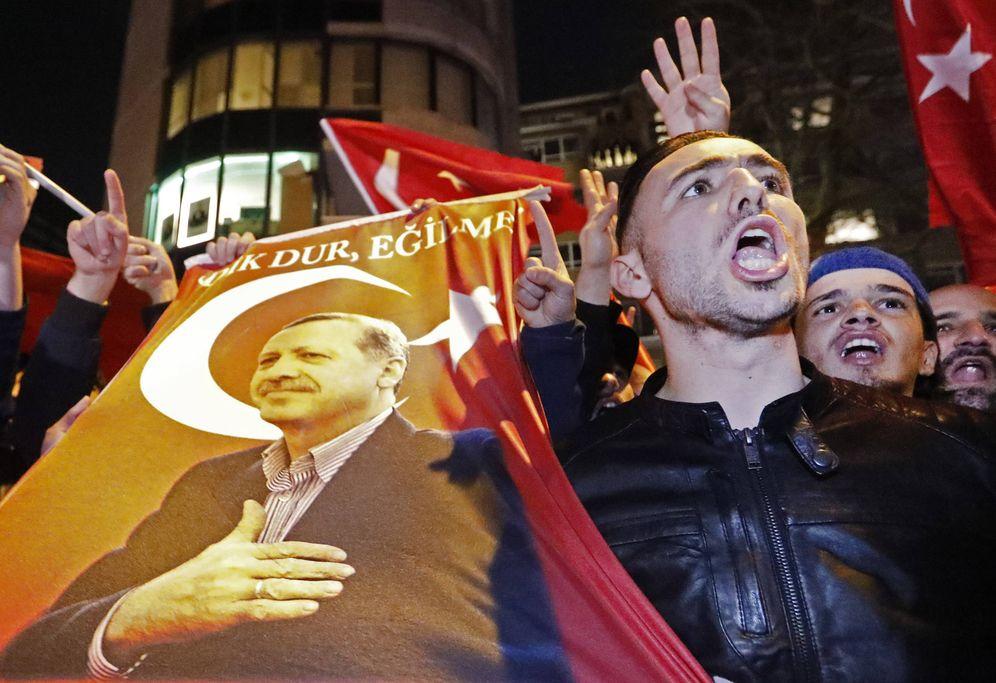 Foto: Manifestantes con imágenes de Erdogan ante el consulado turco en Róterdam, el 11 de marzo de 2017. (Reuters)