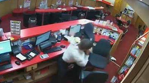 El valiente jubilado que despacha a sillazos a tres ladrones armados en una sala de juegos