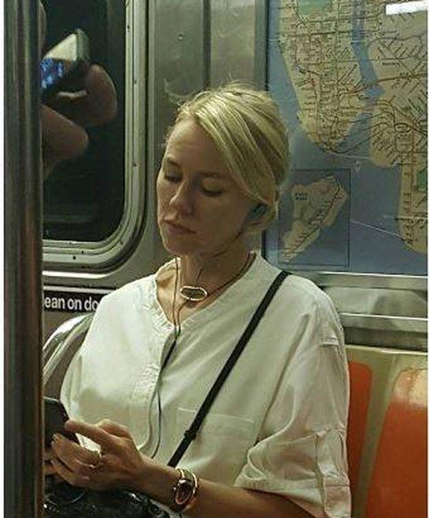 Foto: Naomi Watts en el metro. (Instagram)