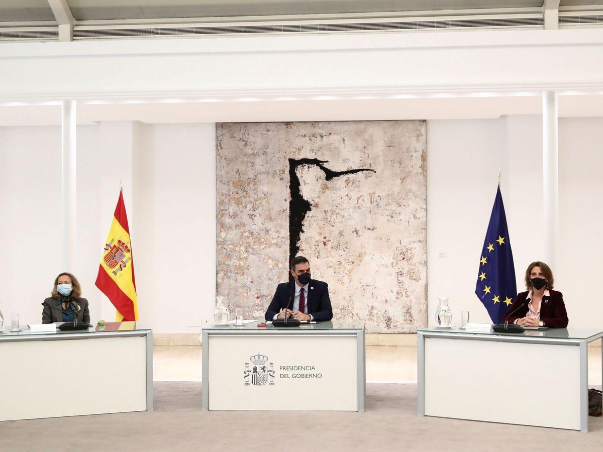 Foto: Pedro Sánchez junto a Nadia Calviño y Teresa Ribera. (EFE)