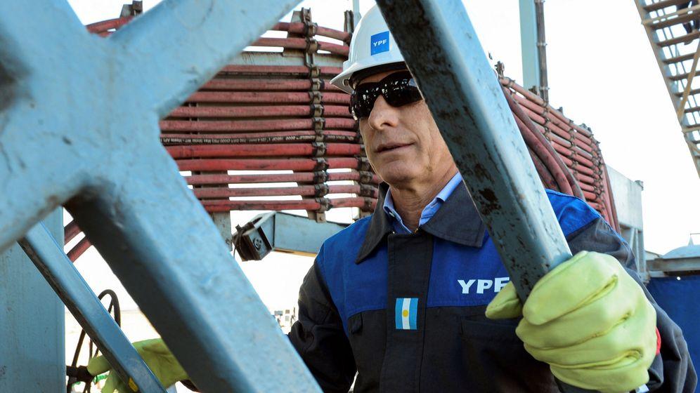 Foto: El presidente argentino, Mauricio Macri, en unas instalaciones de YPF. (Reuters)