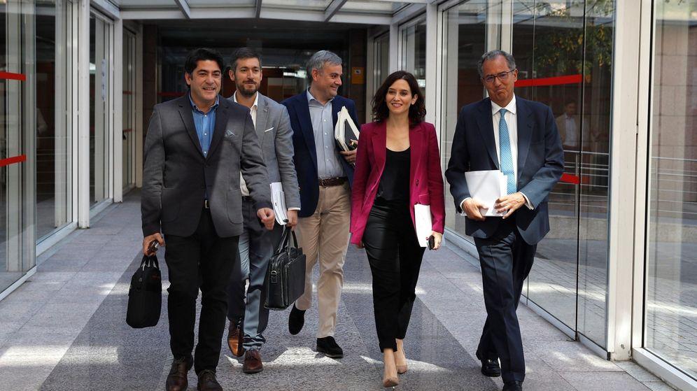 Foto: Isabel Díaz Ayuso con parte de la dirección de su grupo parlamentario. (EFE)